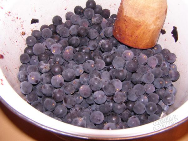 Спелые отобранные ягоды винограда для приготовления сока