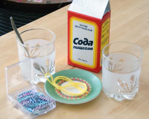 При отравлении желательно выпить содовый раствор и вызвать рвоту