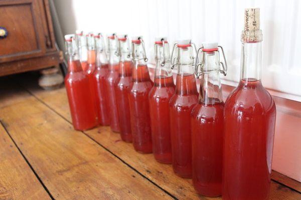 После балансировки вкуса вино разливается в чистые герметичные бутылки