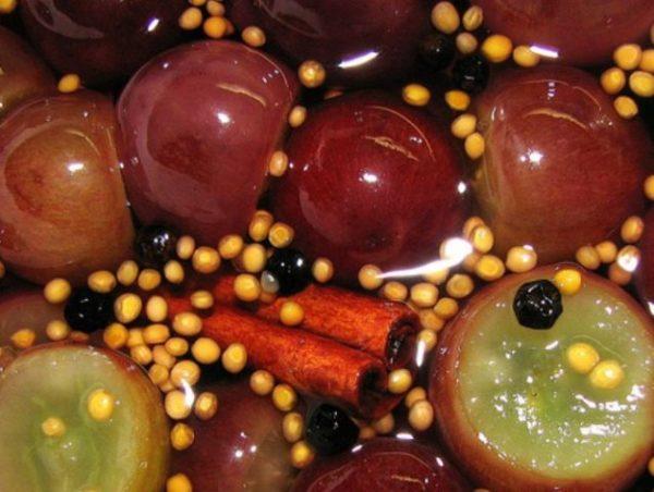 Маринованный виноград с корицей