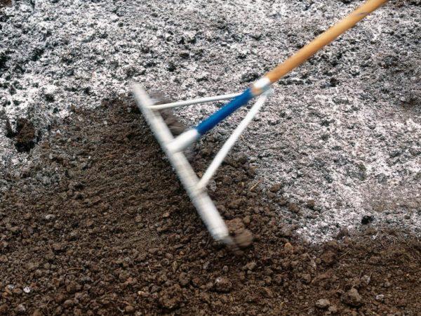 Смешивание почвы с мелом