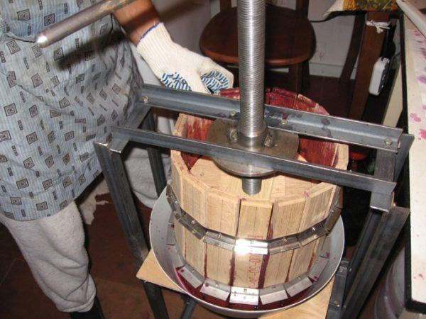 Пресс используют для выжимки сока