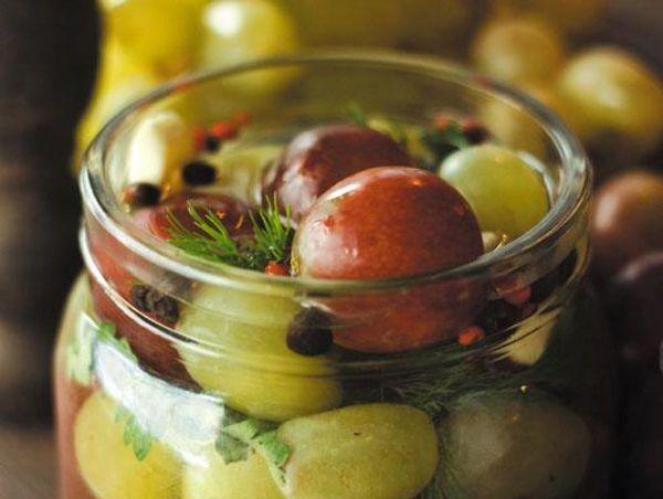 Маринованные ягоды винограда