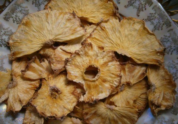 Сушеный ананас над плитой