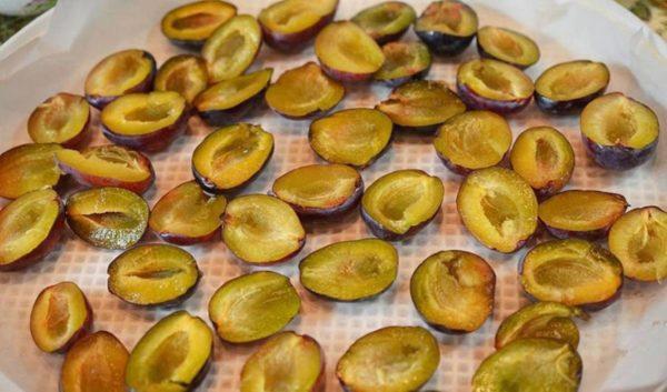 Подготовка фрукта для вяления
